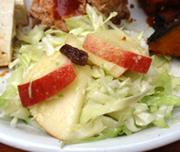 コールスローとりんごと有機レーズンのサラダ
